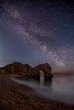 Млечный путь над дверью Durdle, Дорсетом Стоковые Изображения RF