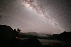 Млечный путь над горами Стоковые Изображения