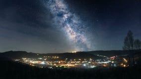 Млечный путь над городком горы сток-видео