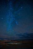 Млечный путь над морем стоковые фотографии rf