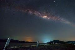Млечный путь над дорогой на запруде Стоковое Изображение
