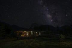 Млечный путь над племенной хатой Стоковое Изображение