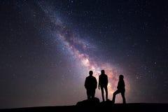 Млечный путь Ночное небо и силуэт семьи стоковые фотографии rf