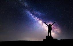 Млечный путь Ночное небо и силуэт человека стоковые изображения rf