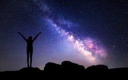 Млечный путь Ночное небо с звездами и силуэтом женщины стоковое изображение rf