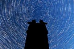 Млечный путь падая звезды Режим кометы Силуэт обсерватории Стоковое фото RF
