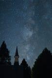 Млечный путь с steeple церков от долины Yosemite Стоковое Изображение RF