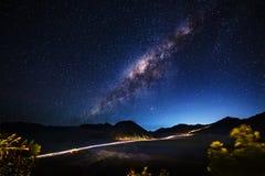 Млечный путь через Mt Bromo, East Java, Индонезия Стоковое Изображение RF