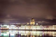 Мidnight на обваловке реки Neva, Санкт-Петербурге Стоковое фото RF