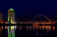 Набережная и вода моста ночи Астаны Стоковые Изображения