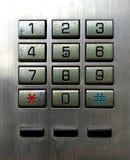 Наберите кнопку номера на старом используемом общественном телефоне стоковые изображения
