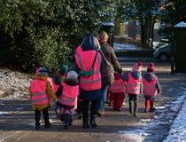 Наблюдали дети в высоких Viz жилетах Стоковое Изображение