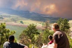 Наблюдатели наблюдают высокий пожар парка Стоковые Изображения RF