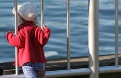 наблюдать горизонта девушки стоковое фото rf