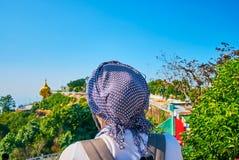 Наблюдать золотой утес, Kyaiktiyo, Мьянма Стоковые Фотографии RF