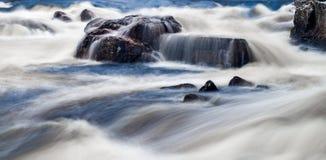 Наблюдать речную воду над утесами и камнями стоковое изображение rf