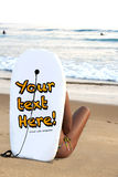 наблюдать серферов девушки пляжа сексуальный Стоковые Фотографии RF