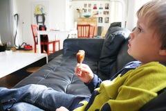 наблюдать телевидения мальчика Стоковое Изображение RF