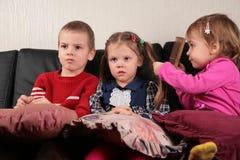 наблюдать tv софы 3 детей Стоковая Фотография RF