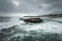 Наблюдающ волны на 4 милях пристаньте к берегу около Davenport Калифорнии стоковые фотографии rf