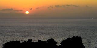 Наблюдающ корабль пойдите вне в заход солнца Стоковые Фотографии RF