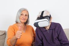 Наблюдая видео виртуальной реальности с шлемофоном стоковое изображение rf