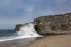 Наблюдая волны Стоковые Изображения