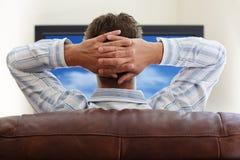 Наблюдая tv Стоковое Изображение