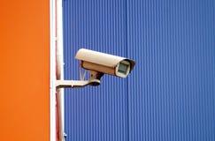 Наблюдение камеры на стене здания Стоковое фото RF