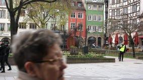 Наблюдение полицейских центра города после теракта в страсбурге сток-видео