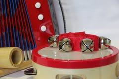 Набор аккордеона и выстукивания игрушки на белой предпосылке стоковое фото