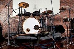 Набор барабанчика на этапе освещает представление Стоковая Фотография RF