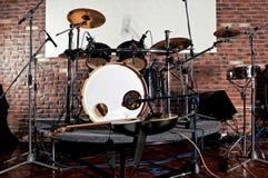 Набор барабанчика на этапе освещает представление Стоковые Изображения