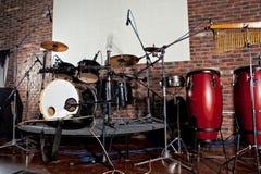 Набор барабанчика на этапе освещает представление Стоковая Фотография