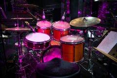 Набор барабанчика с 2 деревянными drumsticks и примечаниями музыки стоковая фотография rf