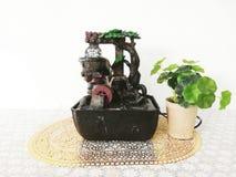 Набор водопада реплики и цветочный горшок для того чтобы украсить стол стоковое фото