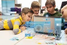 Набор детей, компьтер-книжки и вымысла на школе робототехники Стоковое Изображение