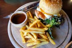 Набор известного фаст-фуда Золотые картофель фри и гамбургер на деревянной плите стоковое изображение rf