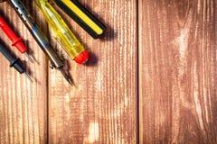 Набор инструментов для обслуживать электронику, на деревянной предпосылке стоковые фото