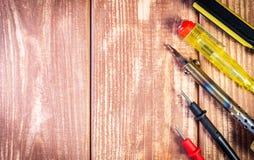 Набор инструментов для обслуживать электронику, на деревянной предпосылке стоковые фотографии rf
