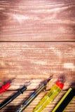 Набор инструментов для обслуживать электронику, на деревянной предпосылке стоковое изображение rf