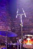 Набор и микрофон барабанчика на этапе Стоковое Изображение RF