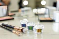 Набор макияжа перед зеркалом в салоне красоты стоковое изображение rf