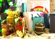 Набор пакетов и коробок, подарков на праздник Цвет, яркий, элегантный стоковые фотографии rf