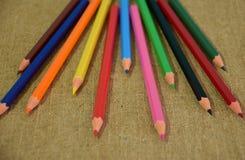 Набор пестротканых карандашей конструированных для творческих способностей детей стоковая фотография rf