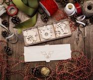 Набор различных деревянных игрушек рождества для рождественской елки лежит в открытой коробке переклейки стоковые изображения