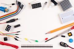 Набор, робот сделанный на основании микро- регулятора с разнообразием датчика и инструменты DIY электронный closeup стоковое изображение rf