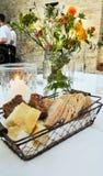 Набор таблицы с различным видом 3 хлеба и цветков и свечи повернул дальше стоковая фотография
