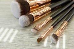 Набор щеток для макияжа лежит на таблице в салоне красоты стоковая фотография