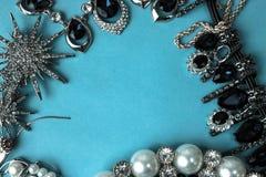 Набор ювелирных изделий красивых драгоценных сияющих украшений ультрамодный блестящий, ожерелье, серьги, кольца, цепи, фибулы с ж стоковое фото